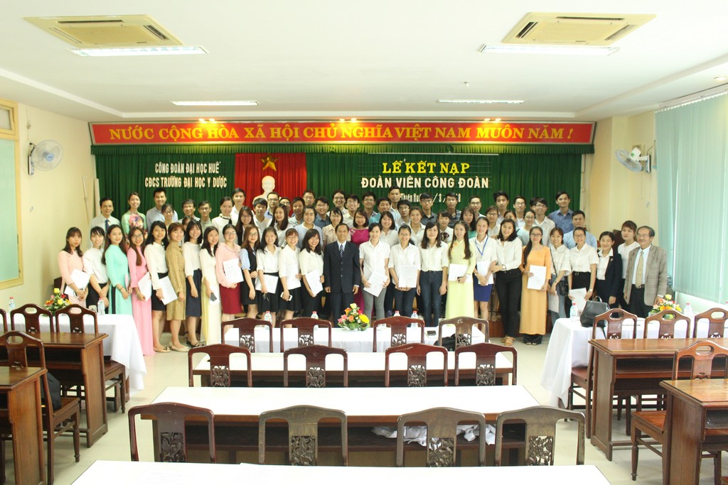 Công đoàn cơ sở Trường Đại học Y Dược Huế tổ chức lễ kết nạp đoàn viên Công đoàn năm học 2017-2018