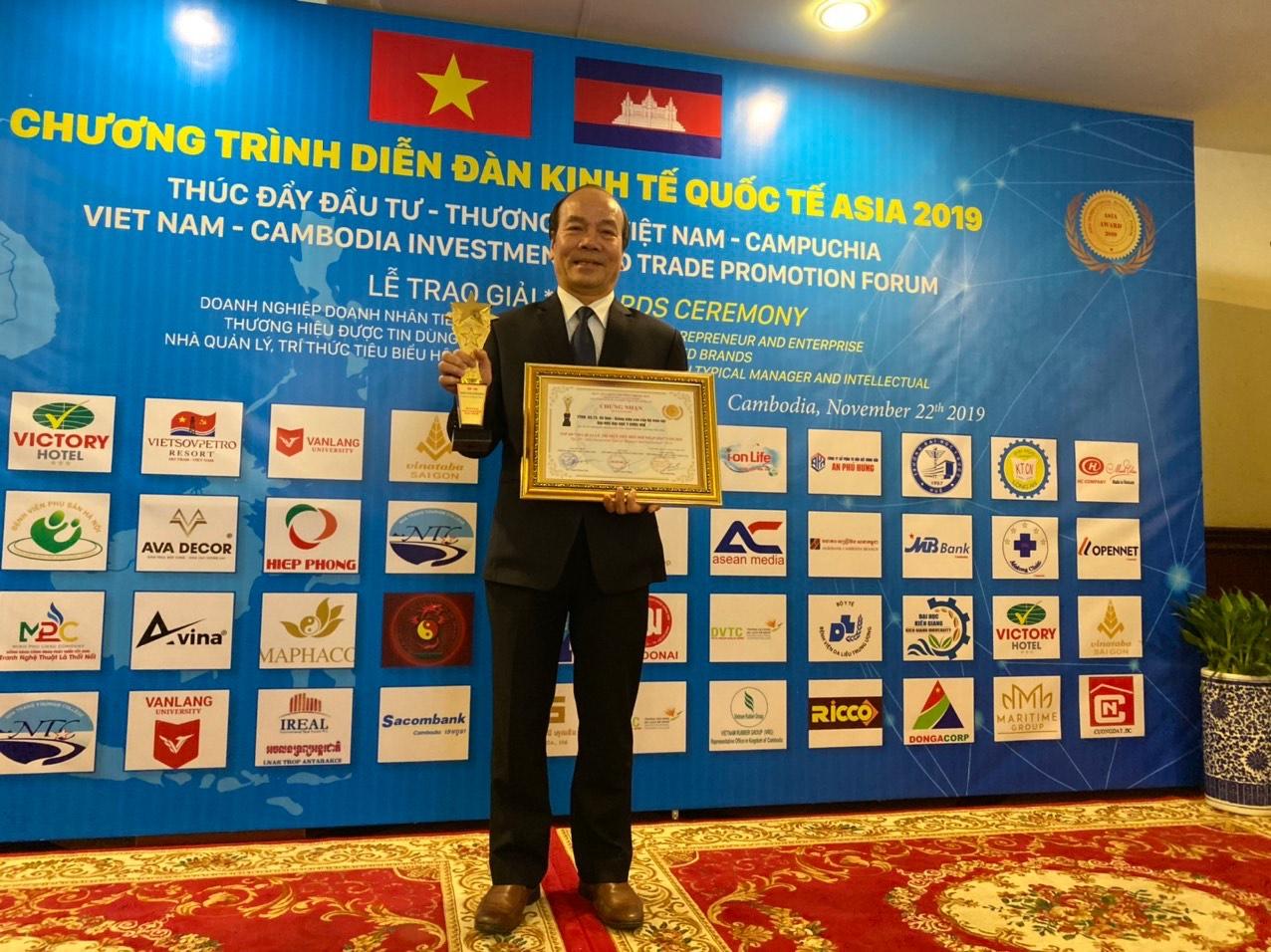 """GS.TS. Võ Tam được nhận Danh hiệu """"Top 100 Nhà quản lý, trí thức tiêu biểu hội nhập ASIA"""""""