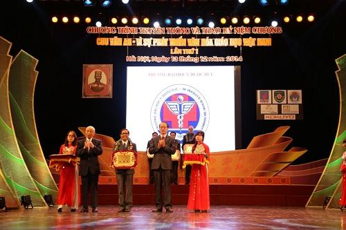 """Trường Đại học Y Dược Huế - Đại học Huế được trao tặng """"Bảng vàng vì sự phát triển văn hoá giáo dục Việt Nam"""" của BTC giải thưởng Chu Văn An"""