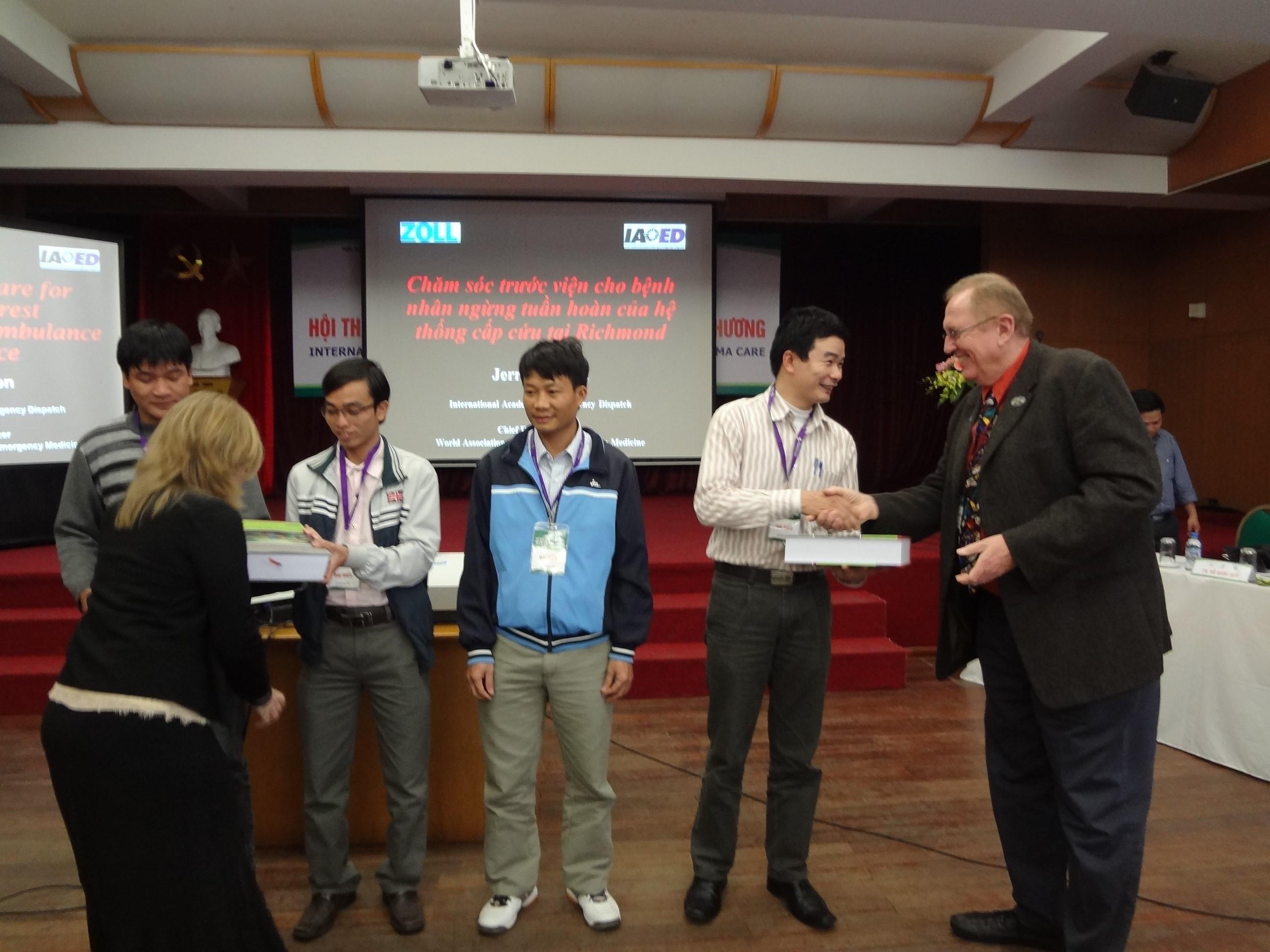 Học viên CK1 khóa 1 tham dự hội nghị quốc tế Cấp cứu đa khoa và nhận quà tặng của các Chuyên gia Cấp cứu Hoa Kỳ