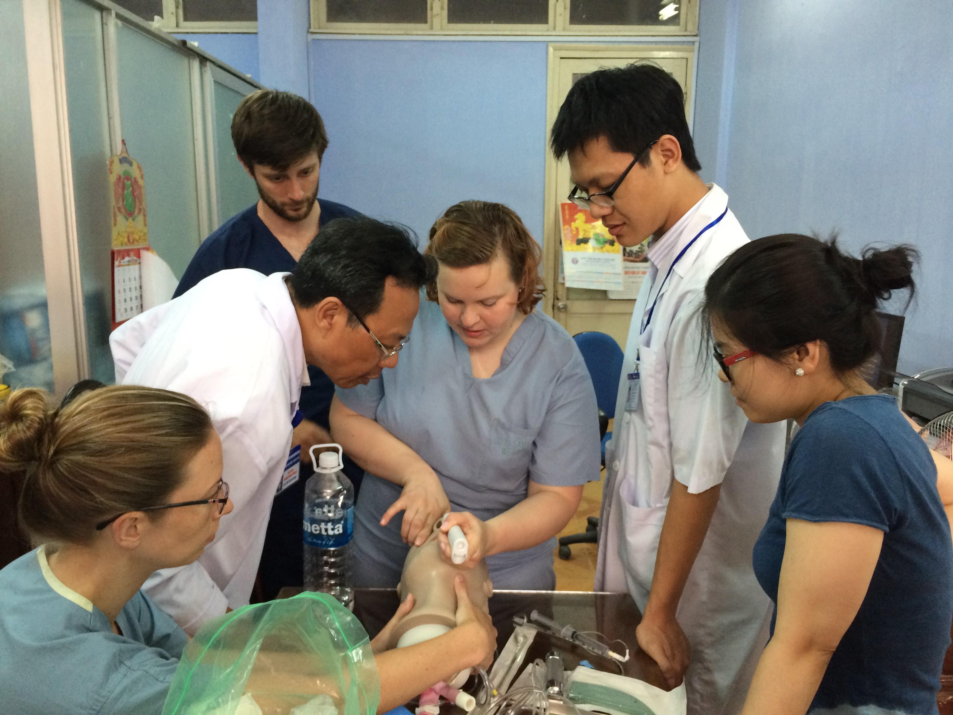 Học viên CK1 thực hành đặt nội khí quản