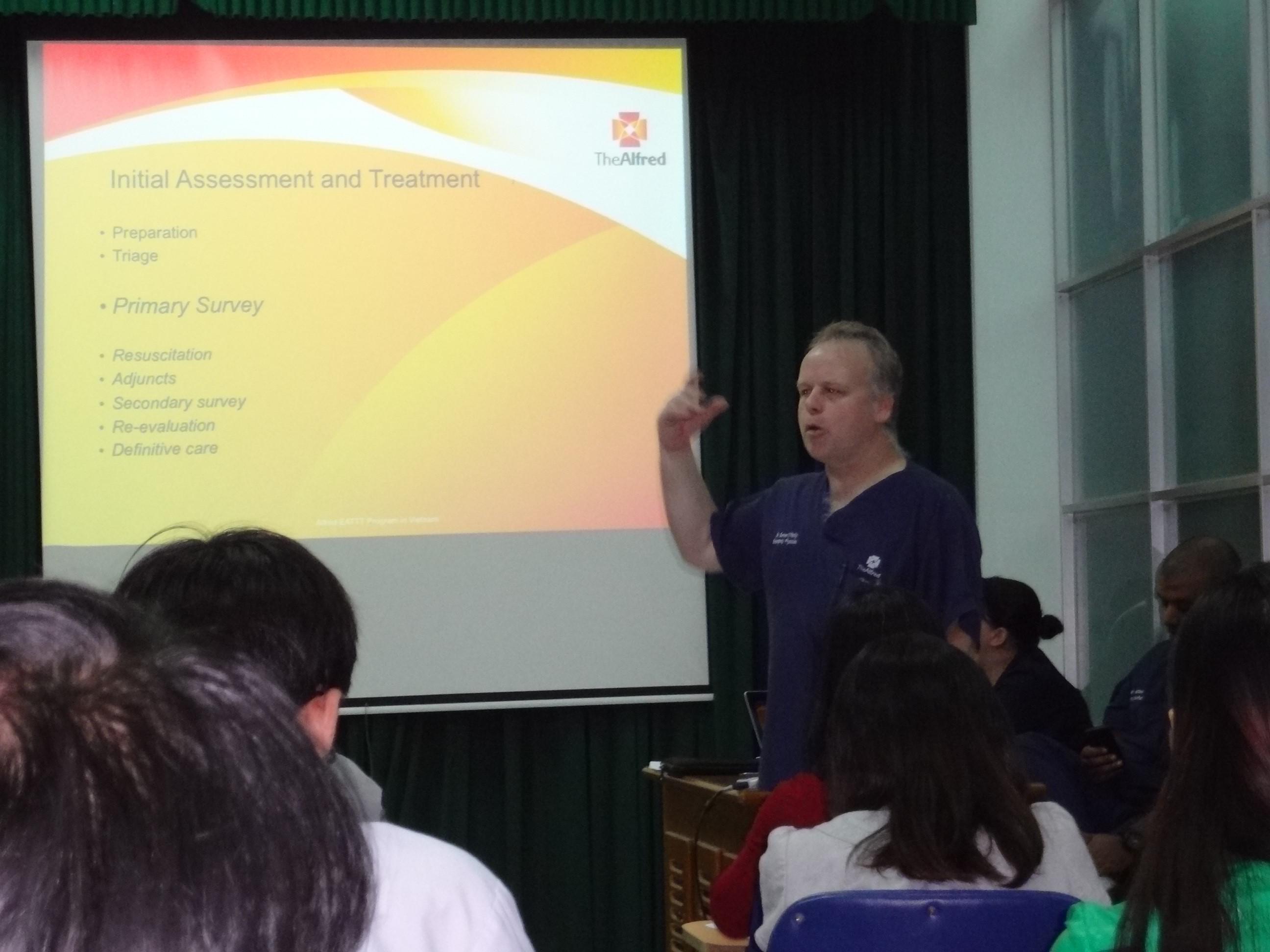 Chuyên gia CCĐK đến từ Úc đang giảng lý thuyết