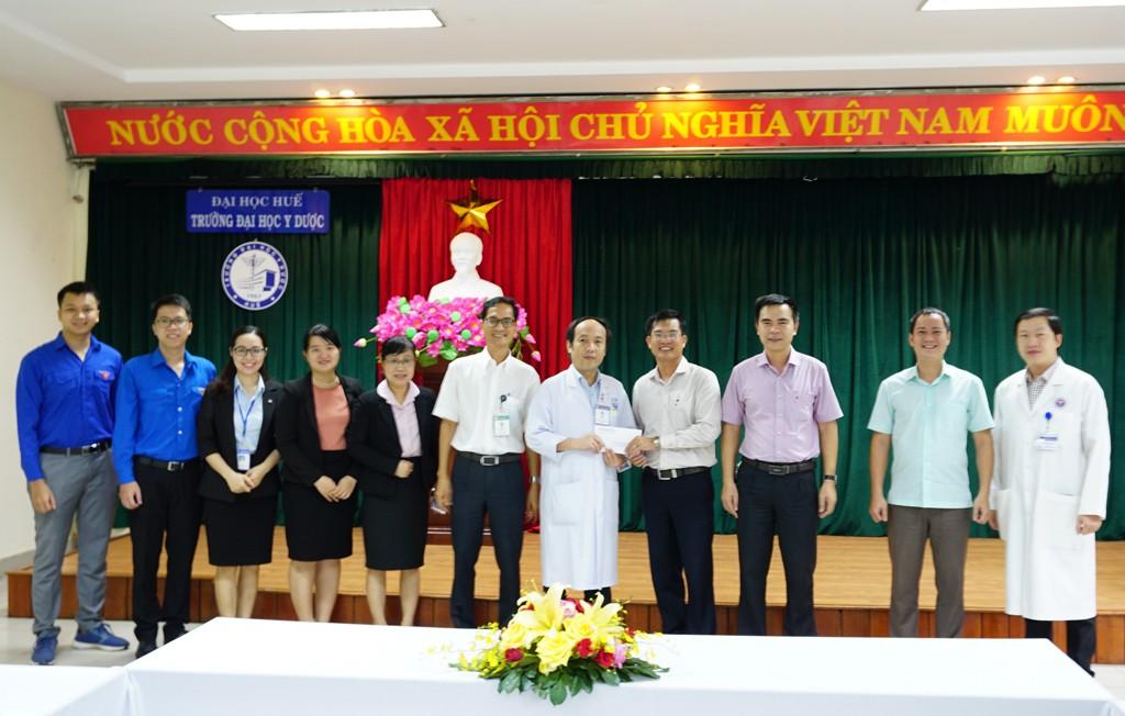 Công đoàn Đại học Huế tặng quà ủng hộ, động viên đội ngũ y bác sĩ và sinh viên tình nguyện Trường Đại học Y Dược tham gia tuyến đầu chống dịch Covid-19