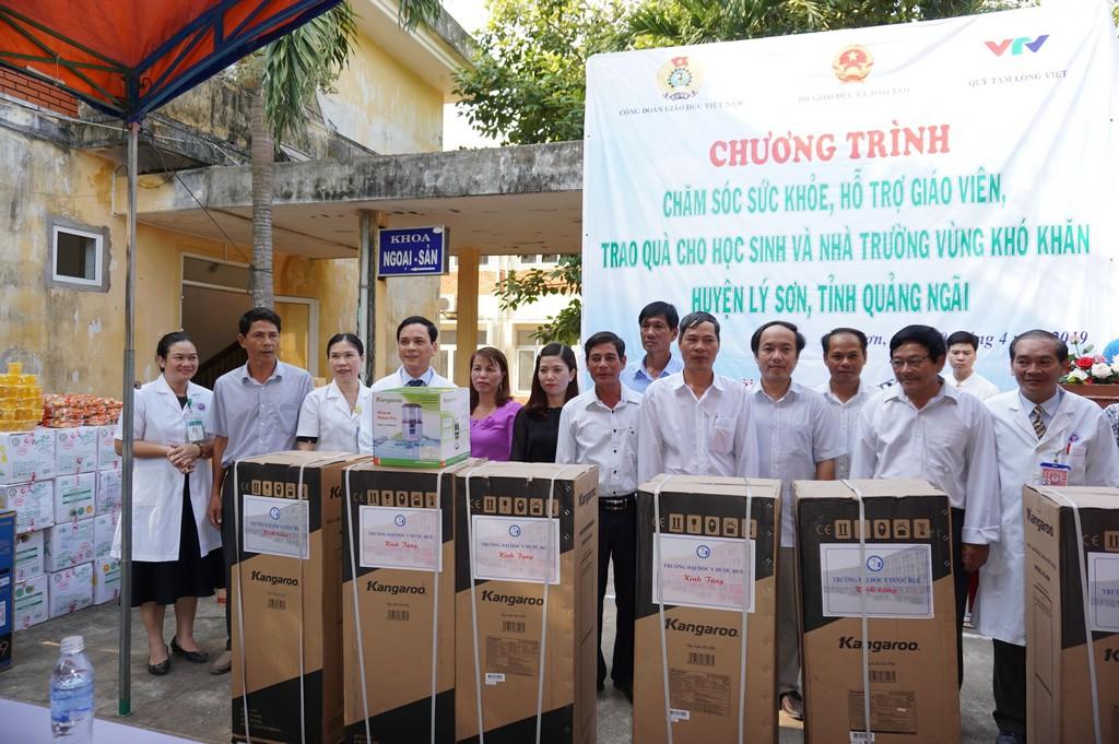 Trường Đại học Y Dược Huế khám sức khoẻ và tặng quà cho các thầy, cô giáo huyện đảo Lý Sơn, tỉnh Quảng Ngãi