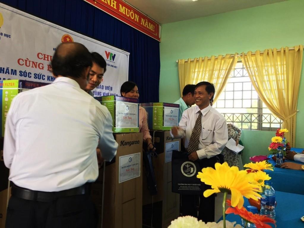 Trường Đại học Y Dược Huế khám sức khoẻ và tặng quà cho các thầy, cô giáo vùng biên giới huyện Tân Biên, tỉnh Tây Ninh