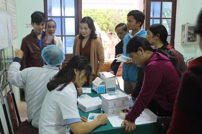 Khám sức khoẻ và tặng quà cho các thầy, cô giáo vùng khó khăn huyện A Lưới, tỉnh Thừa Thiên Huế