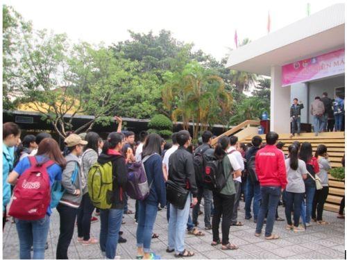 Description: Các bạn sinh viên đến rất sớm, xếp hàng trật tự để chờ đến lượt hiến máu