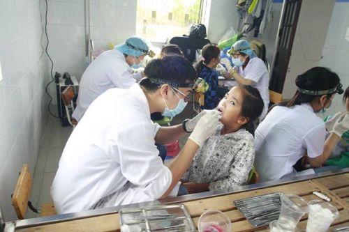 Description: Khám và chữa răng miễn phí cho người dân các xã của huyện Quảng Điền.