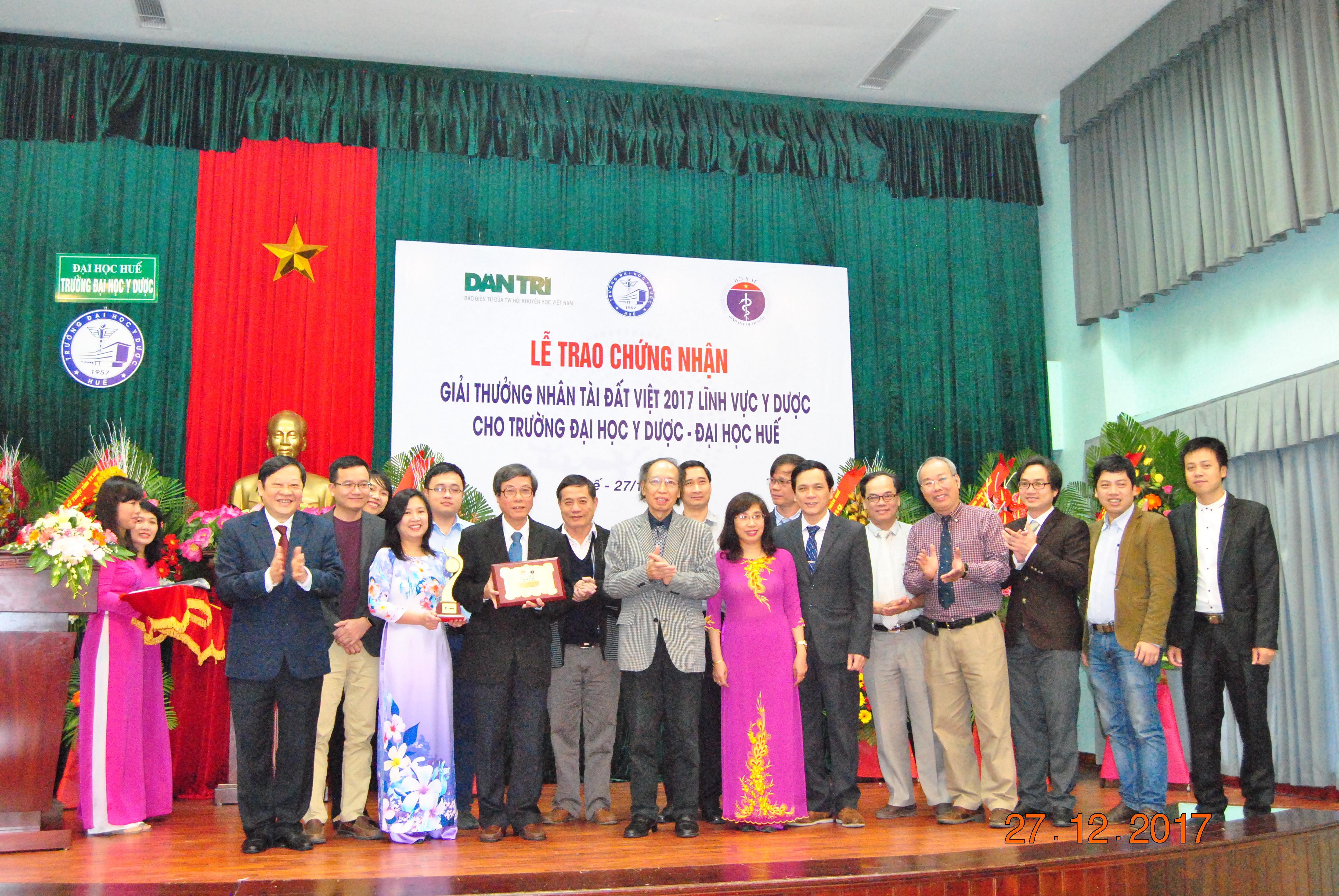 Trường Đại học Y Dược Huế nhận chứng nhận giải thưởng Nhân tài Đất Việt  2017 lĩnh vực Y dược.