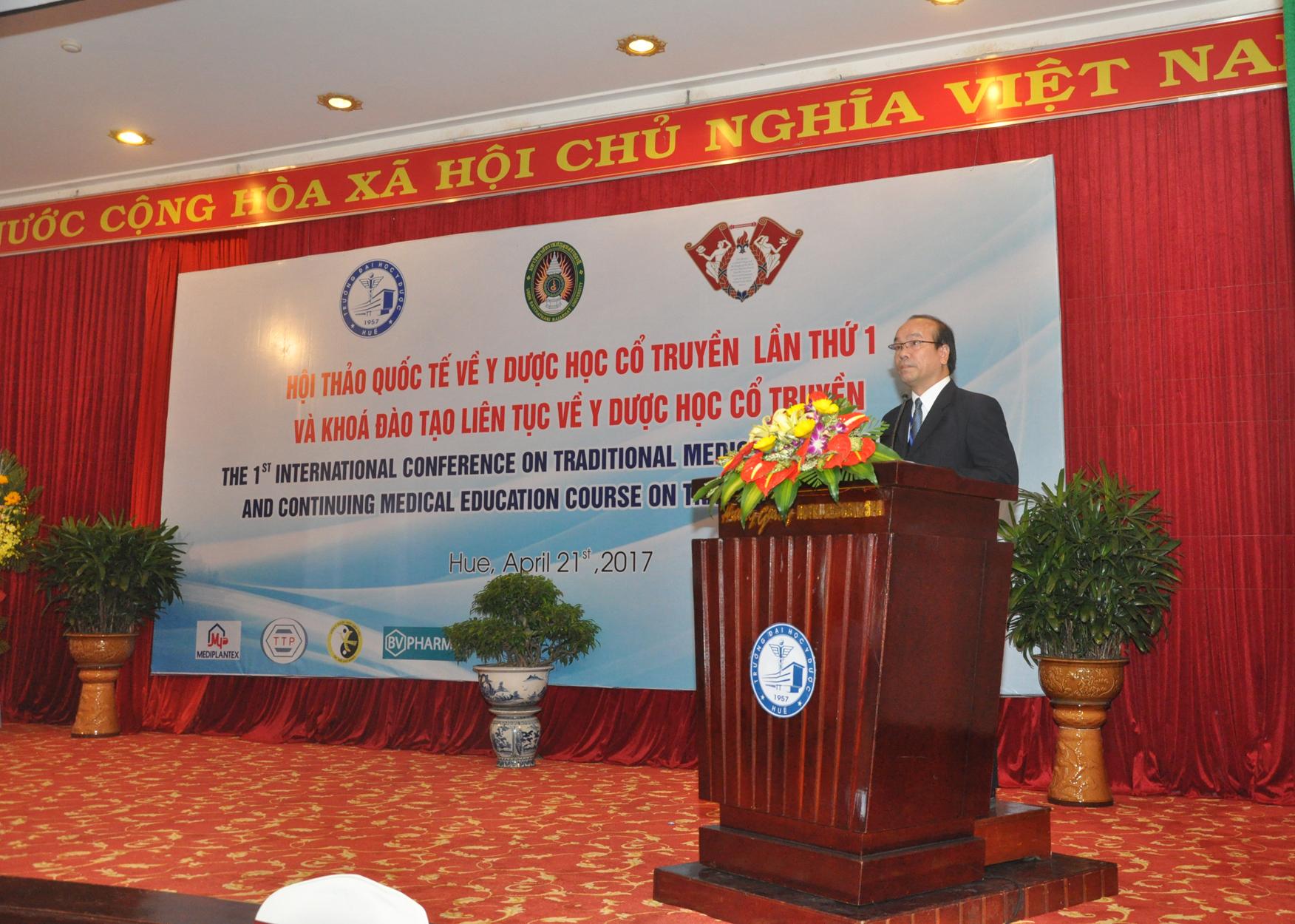 GS. Võ Tam, Phó Hiệu trưởng Trường Đại học Y Dược Huế, phát biểu khai mạc tại Hội thảo