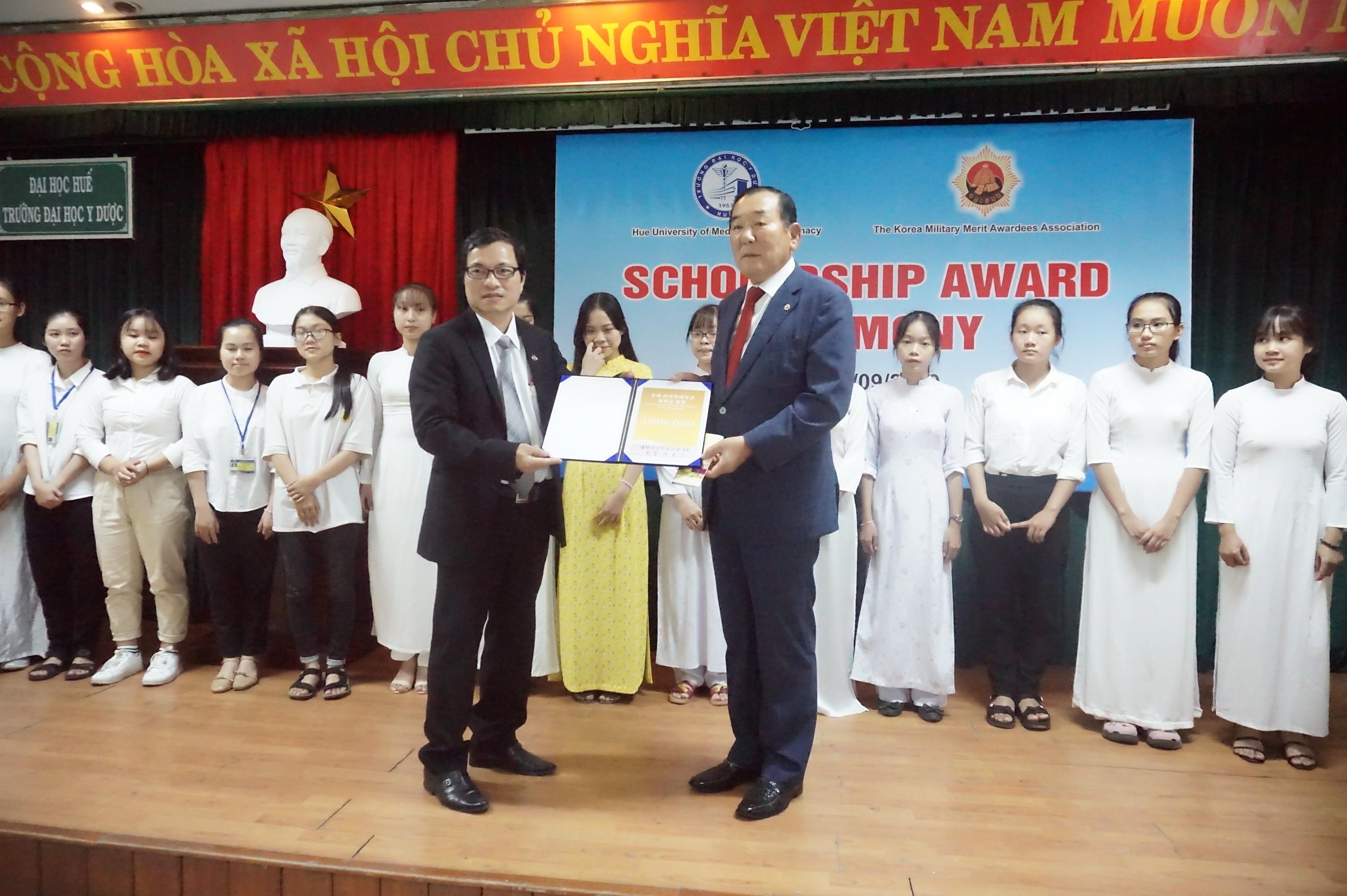 Trao học bổng Hiệp hội những người có Huy chương Hàn Quốc năm học 2019-2020 cho sinh viên Điều dưỡng