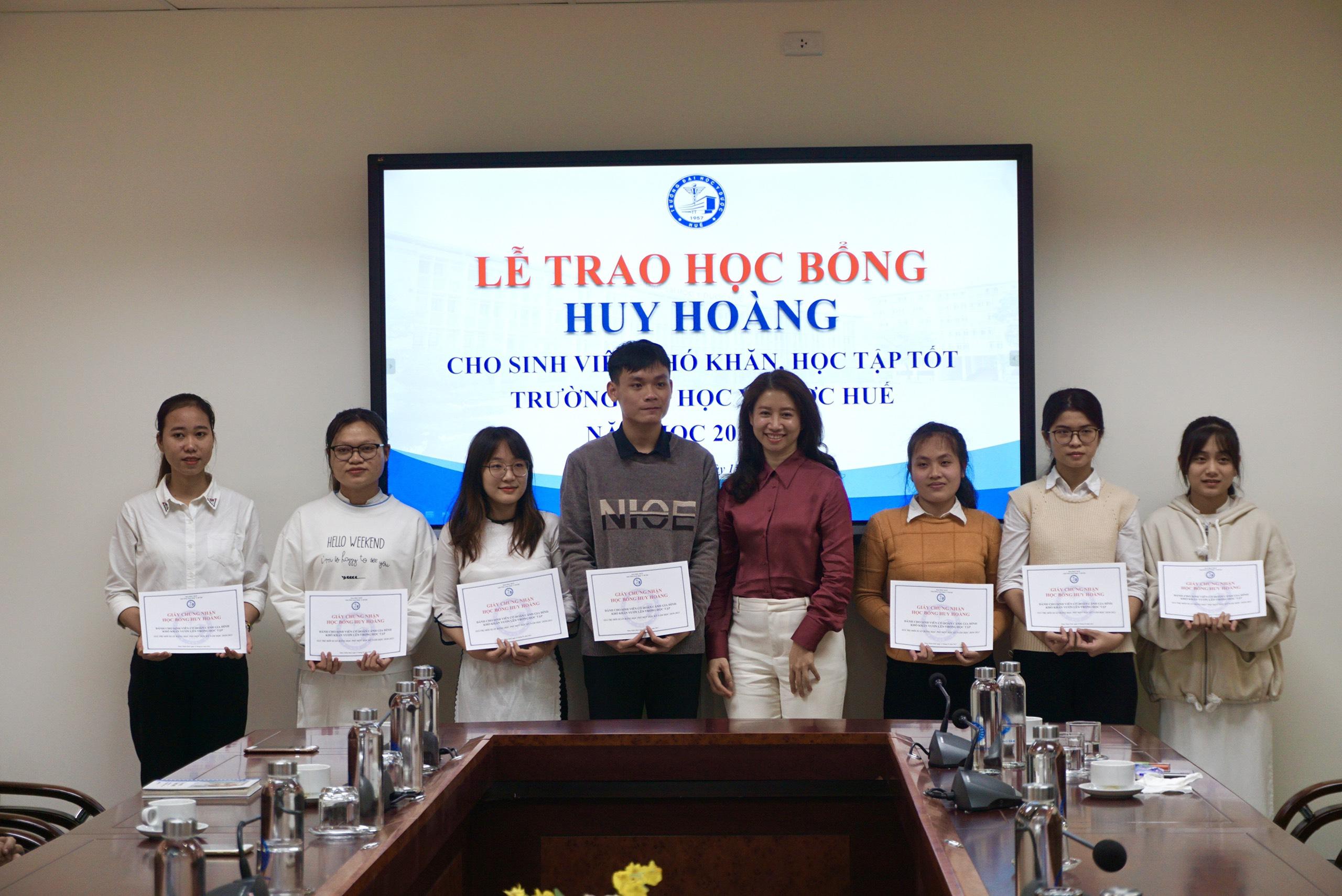 Học bổng Huy Hoàng được trao cho 15 sinh viên Trường Đại học Y – Dược Huế
