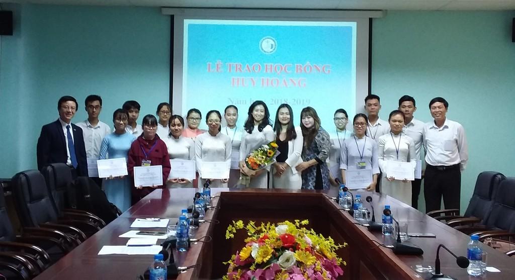 Trao học bổng Huy Hoàng cho các em sinh viên có hoàn cảnh khó khăn