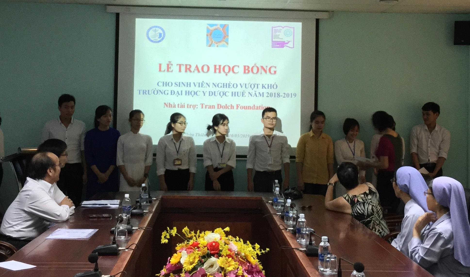 Trao học bổng Trần Dolch cho sinh viên nghèo vượt khó