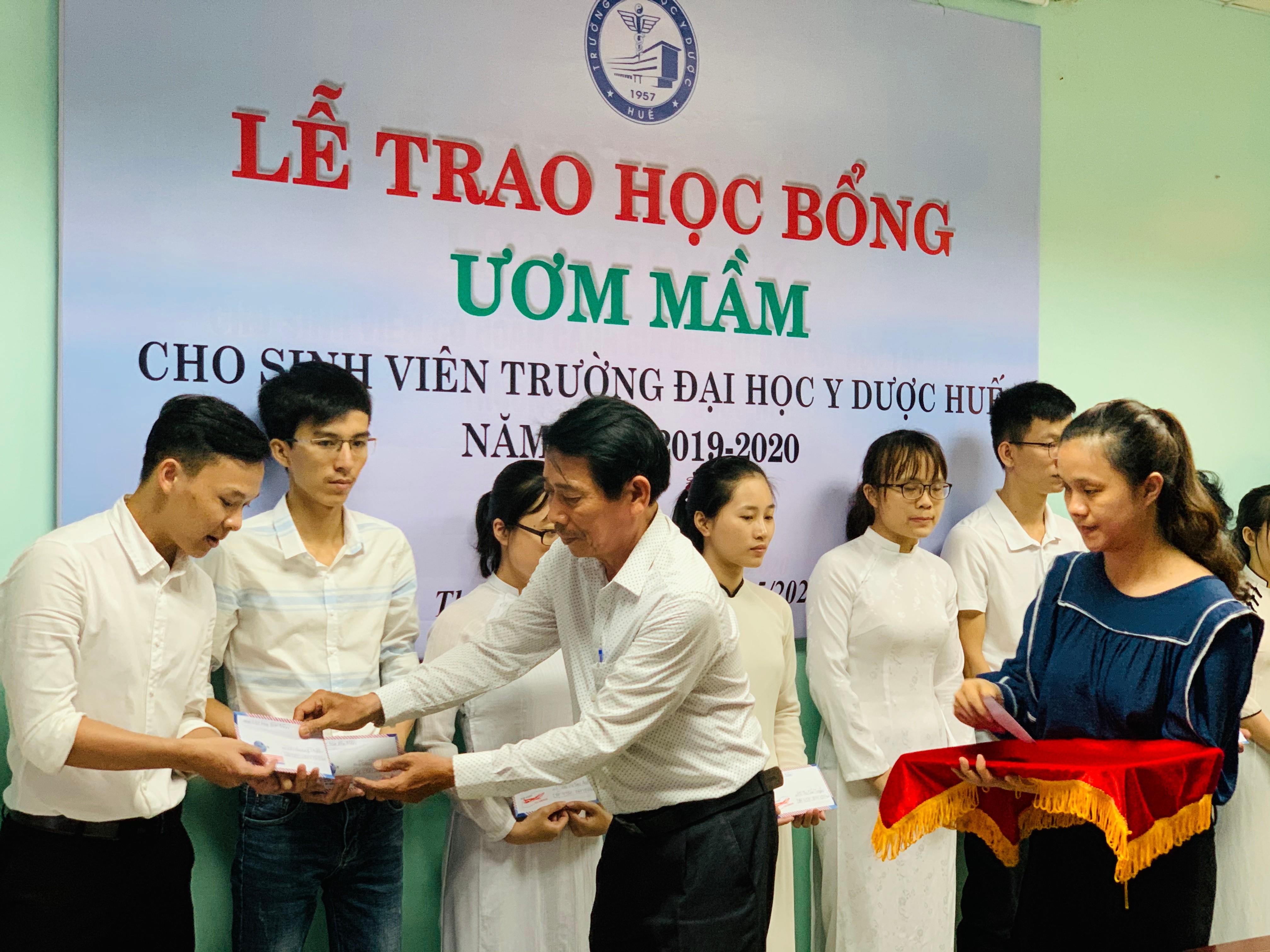 Trao học bổng Ươm mầm cho 22 sinh viên Y đa khoa