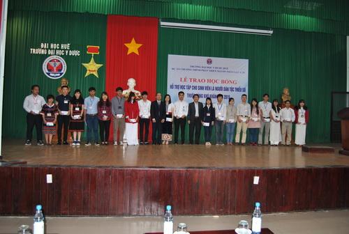 Lễ trao học bổng hỗ trợ học tập cho sinh viên là người dân tộc thiểu số thuộc vùng khó khăn năm 2015