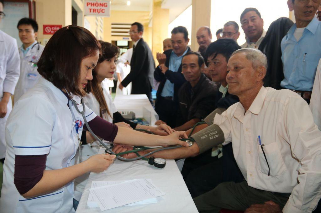 Hội Cựu chiến binh Trường Đại học Y Dược Huế tổ chức khám bệnh và cấp phát thuốc miễn phí