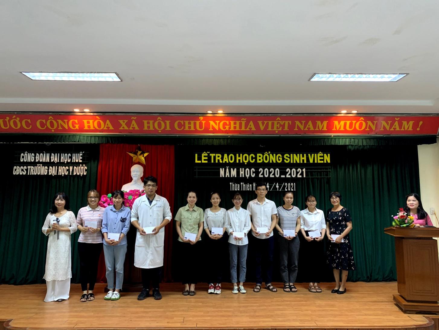 Lễ trao học bổng Cựu sinh viên cho sinh viên nghèo hiếu học