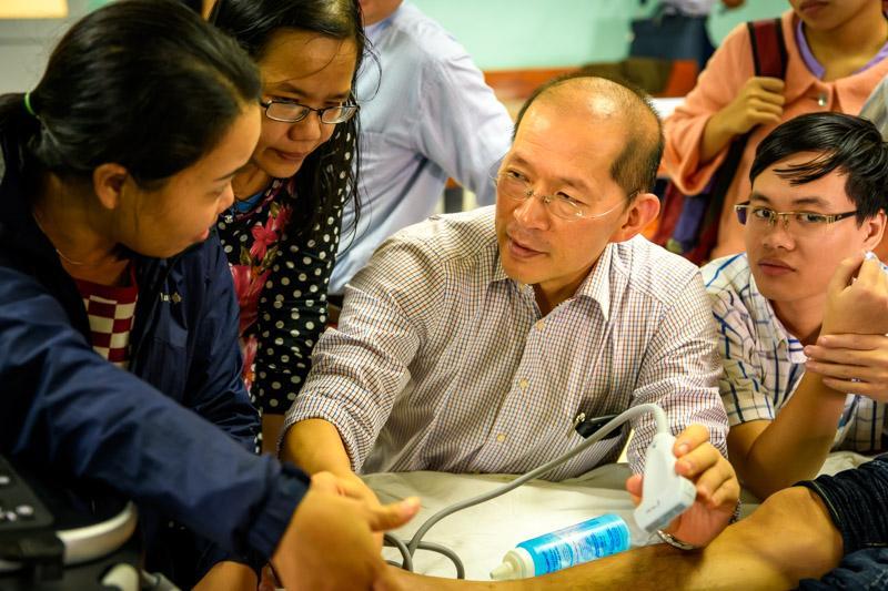 """Tổ chức khóa đào tạo liên tục """"Gây tê vùng và tiếp cận mạch máu dưới hướng dẫn siêu âm""""."""