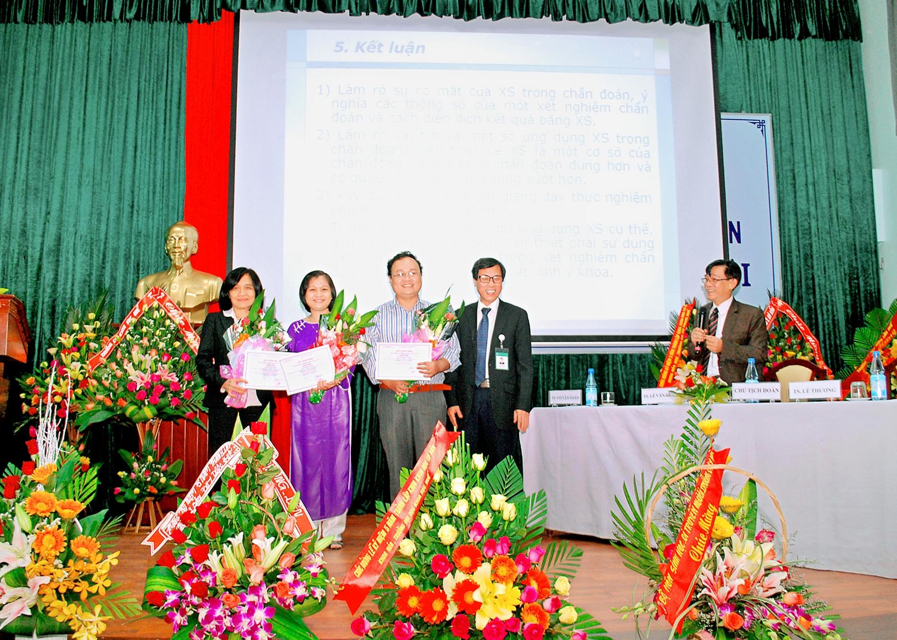 Hình 1. Bộ môn Toán Tin tham gia hội nghị khoa học