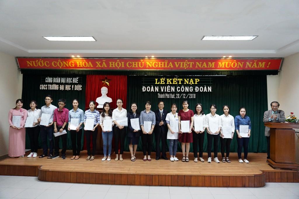 Công đoàn cơ sở Trường Đại học Y Dược Huế tổ chức  lễ kết nạp đoàn viên Công đoàn năm học 2018-2019