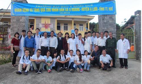 Trường ĐHYD Huế tổ chức Khám chữa bệnh, tặng quà cho nhân dân và cơ sở giáo dục tại xã A Roàng, huyện A Lưới, TTH