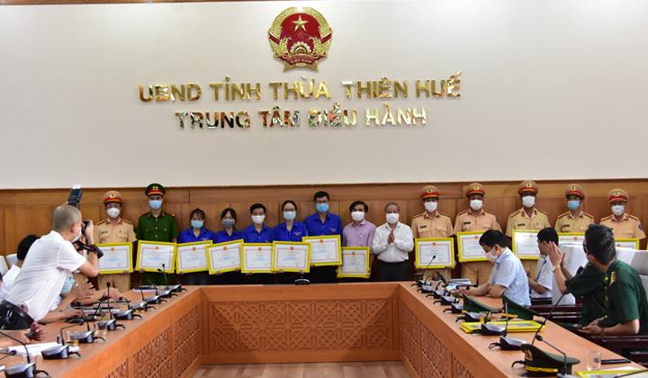 Sinh viên Trường Đại học Y - Dược Huế được Chủ tịch UBND tỉnh khen thưởng về công tác phòng chống dịch COVID-19