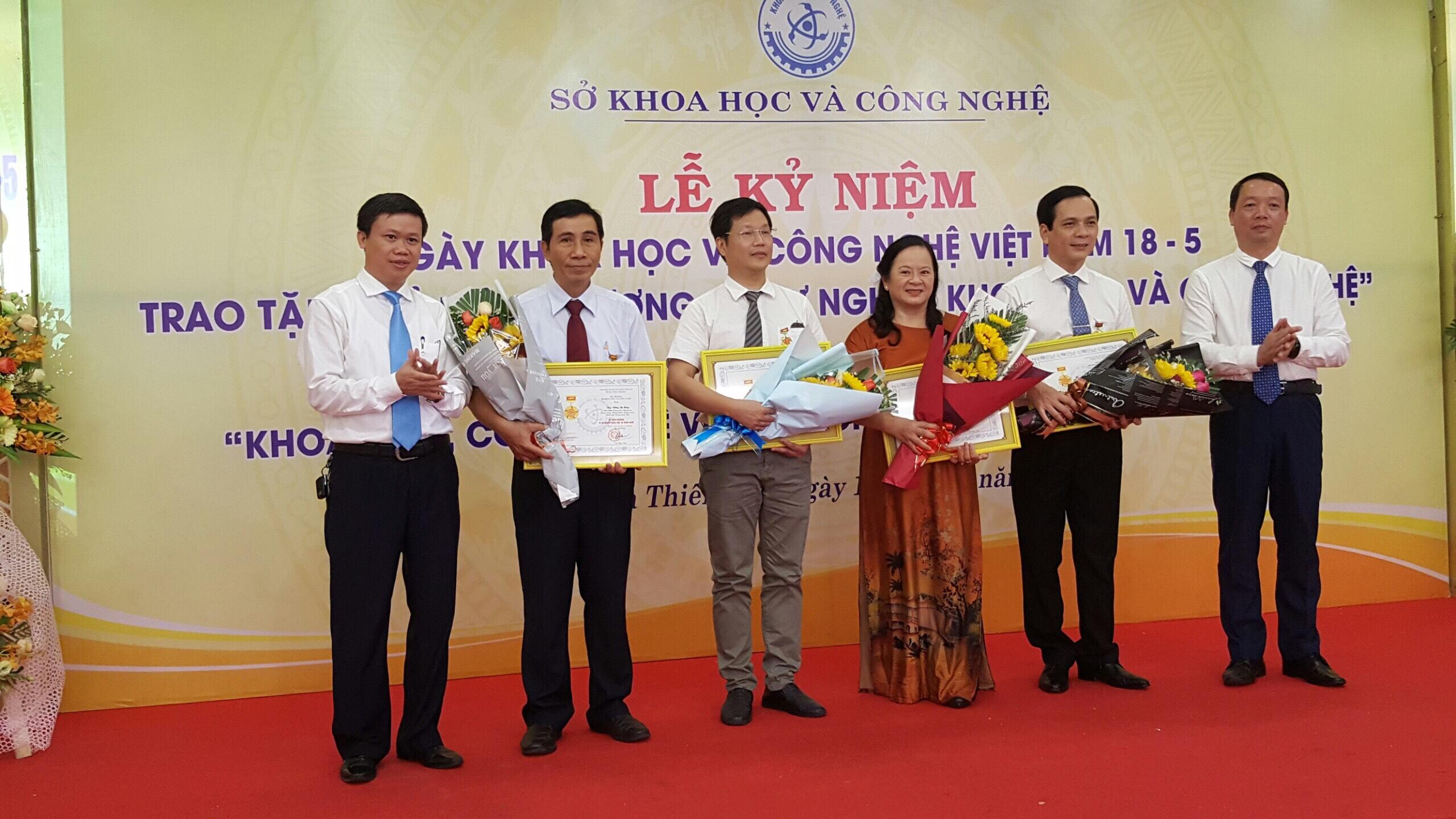 Trao tặng kỷ niệm chương vì sự nghiệp khoa học công nghệ nhân Ngày Khoa học Công nghệ Việt Nam 18/5