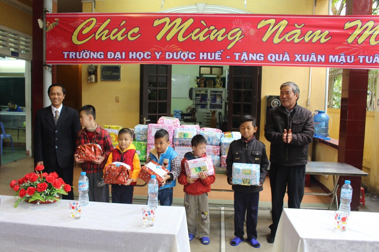 Công đoàn Trường Đại học Y Dược Huế tổ chức tặng quà xuân Mậu Tuất 2018  tại các Trung tâm nuôi dưỡng xã hội và người có công với Cách mạng