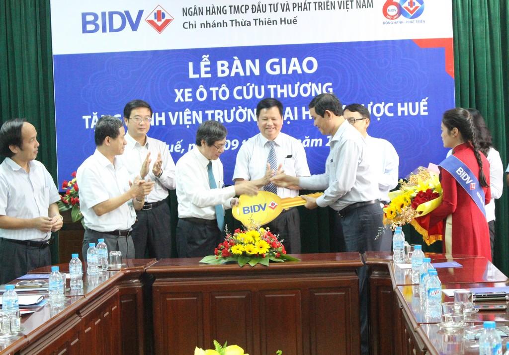 BIDV trao tặng xe ô tô cứu thương vì sự nghiệp chăm sóc sức khỏe nhân dân