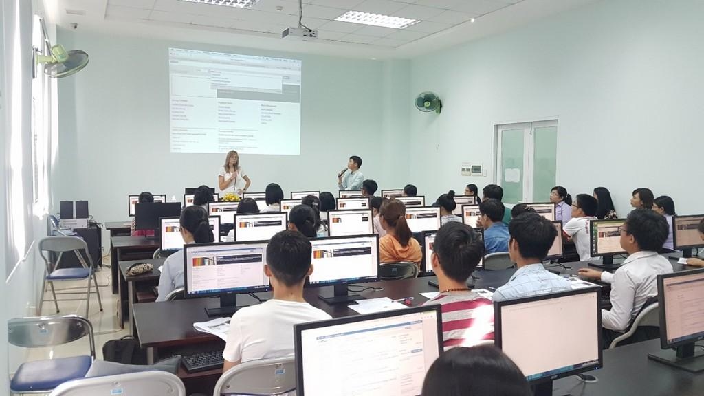 Trung tâm Thông tin - Thư viện tập huấn tìm kiếm thông tin cho sinh viên và cán bộ giảng dạy