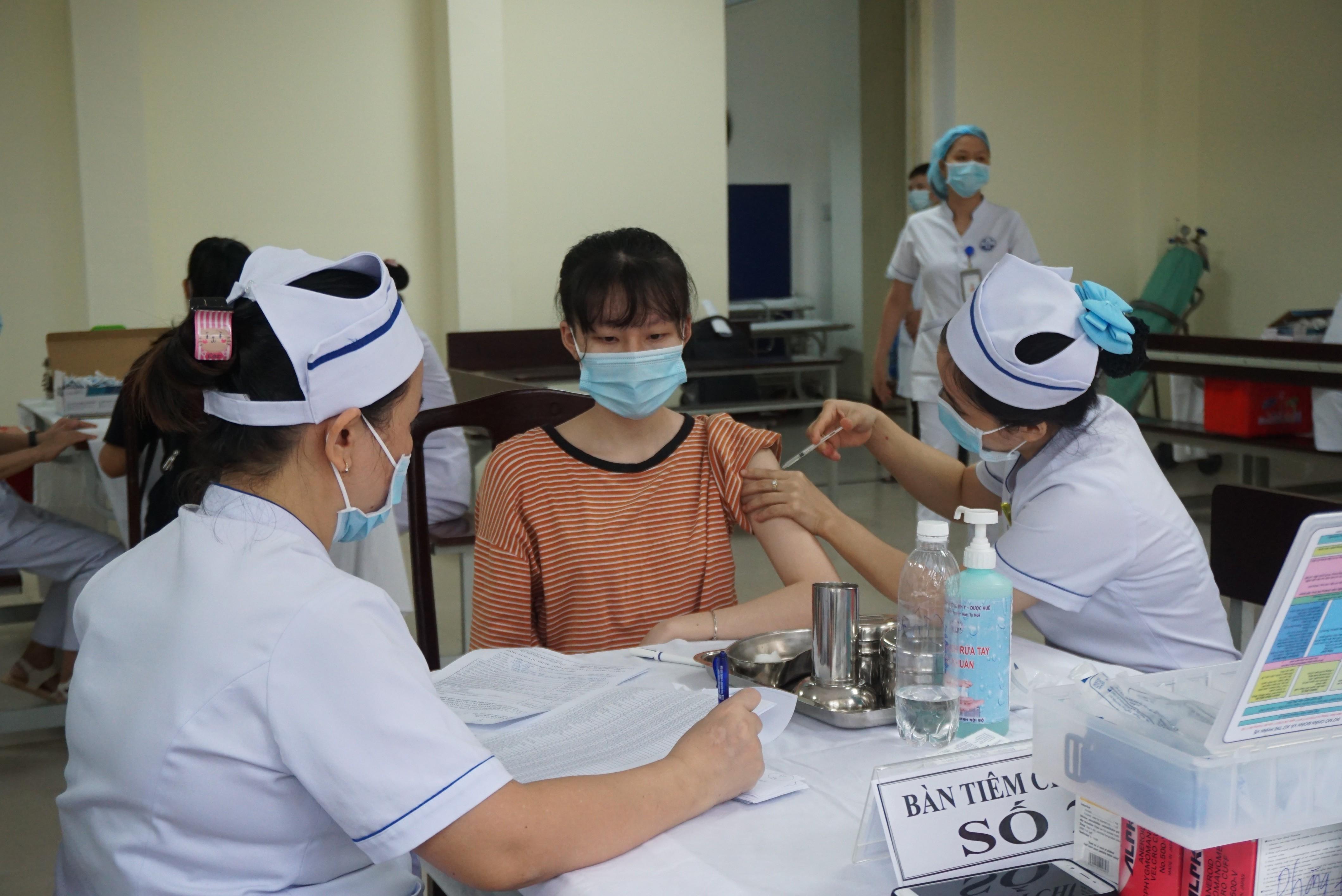 Bệnh viện Trường Đại học Y – Dược Huế triển khai tiêm chủng vaccine phòng COVID-19 đợt 2 cho các đối tượng ưu tiên