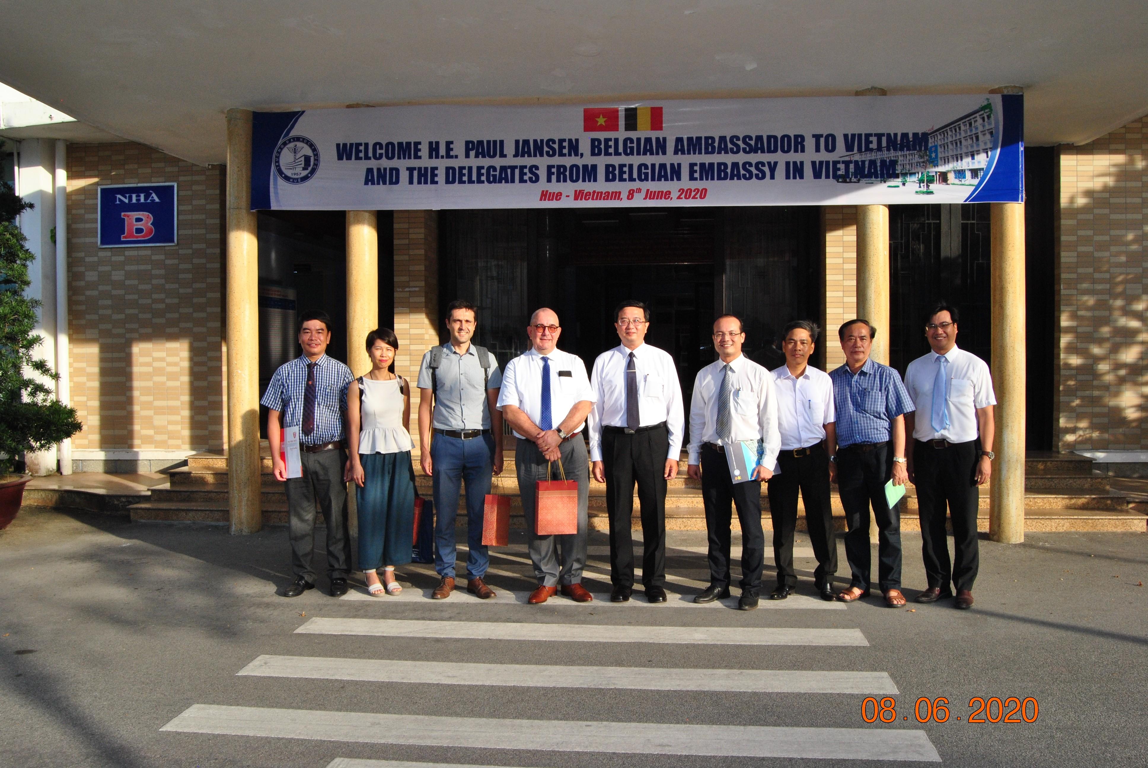 Đại sứ Vương quốc Bỉ tại Việt Nam đến thăm và làm việc tại Trường Đại học Y Dược