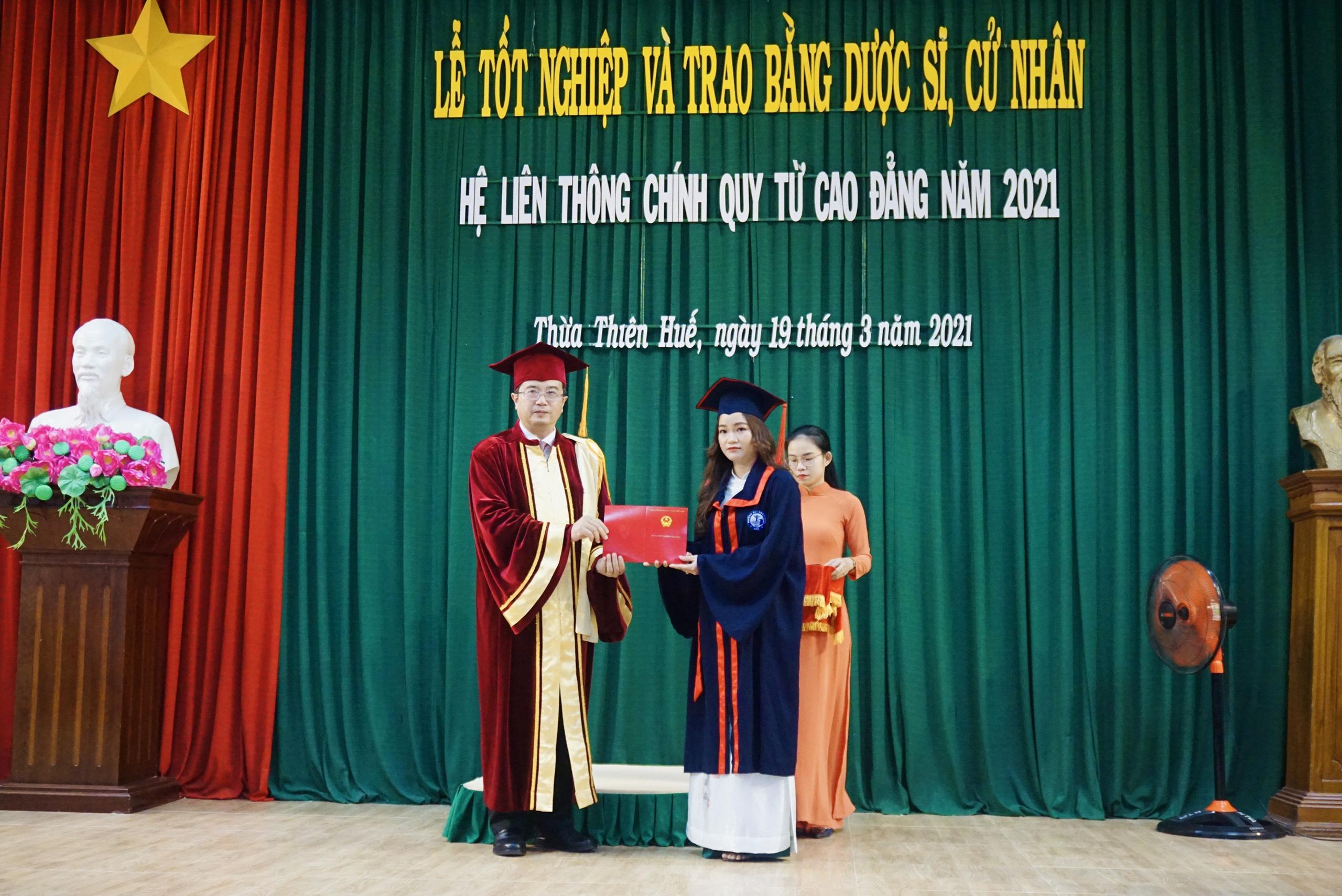Lễ tốt nghiệp và trao bằng cho sinh viên hệ liên thông chính quy từ cao đẳng tốt nghiệp năm học 2020-2021
