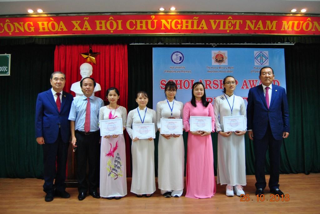 Trao học bổng Hiệp hội những người có Huy chương Hàn Quốc năm học 2018-2019 cho sinh viên Điều dưỡng.