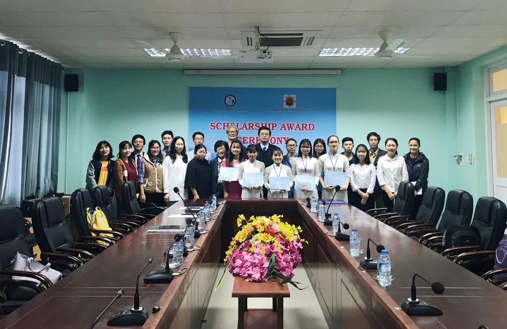 Trao học bổng Hiệp hội những người có Huy chương Hàn Quốc cho sinh viên Khoa Điều dưỡng.