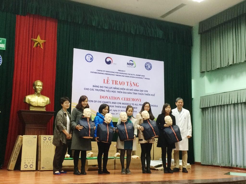 Lễ trao tặng thiết bị y tế cho Trung tâm y tế học đường và khối trường tiểu học tỉnh T-T-Huế.