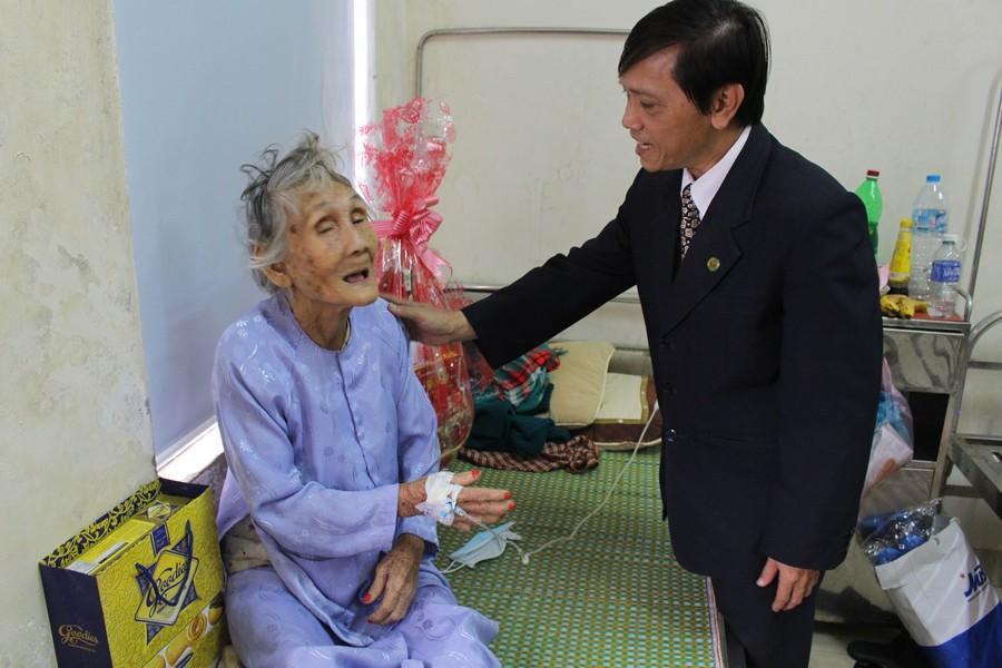 Thăm, tặng quà xuân cho Mẹ VNAH đang điều trị tại Bệnh viện Trường ĐHYD Huế