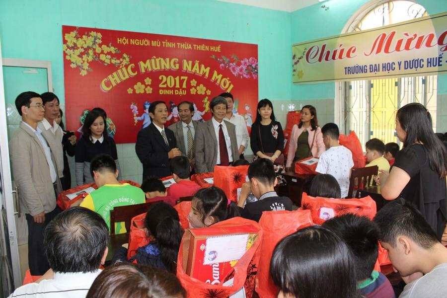 Thăm, tặng quà xuân cho trẻ em tại Trường mù Tỉnh TT Huế