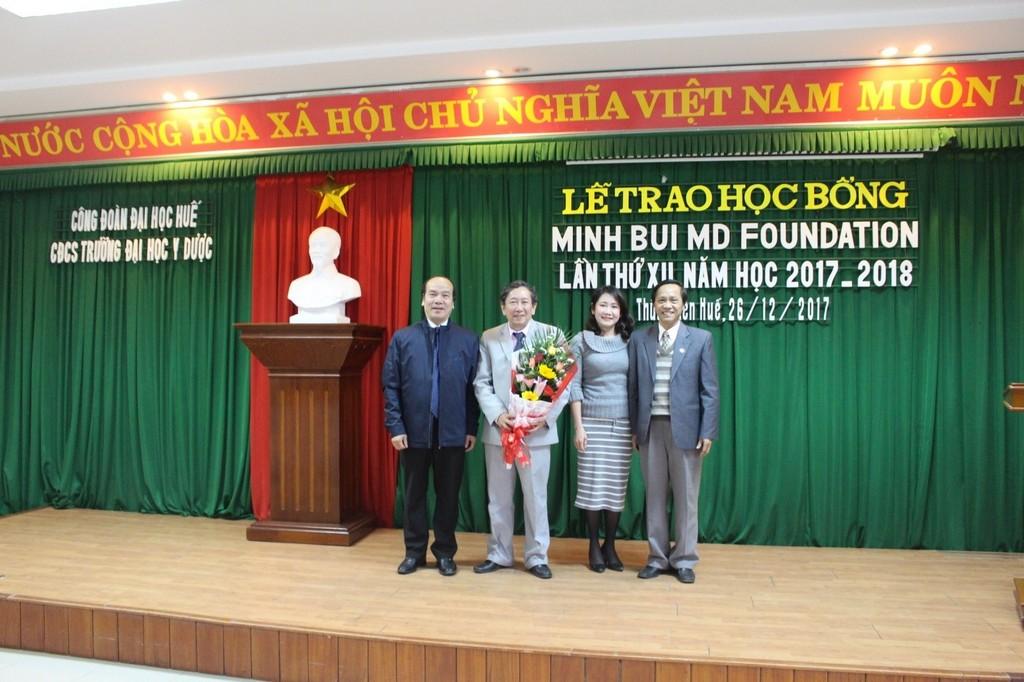 GS. Võ Tam tặng hoa cho đại diện nhà tài trợ học bổng