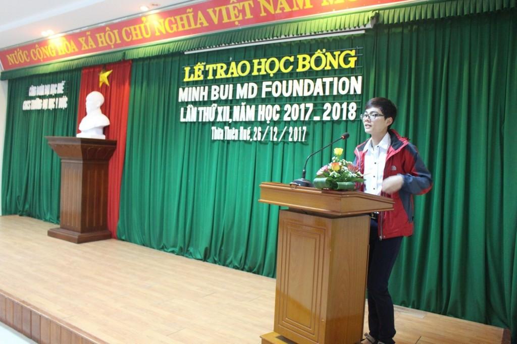 Sinh viên Trần Đình Thành phát biểu cảm ơn nhà tài trợ