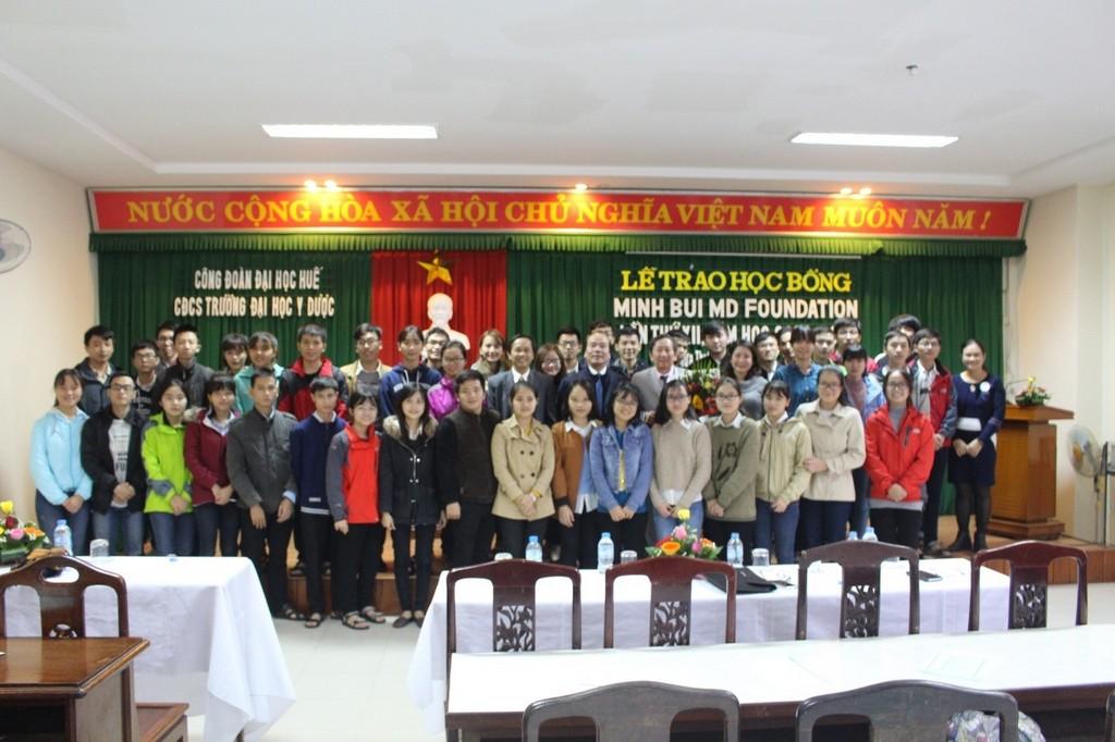 Các đại biểu và sinh viên dự lễ trao học bổng