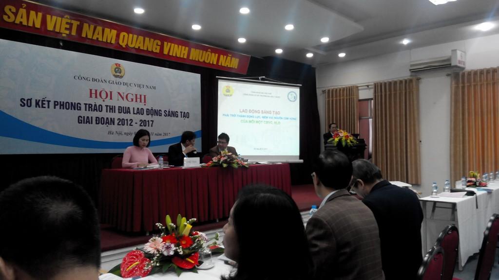 Đ/c Trần Văn Hòa CTCĐ báo cáo tham luận của CĐCS Trường ĐHYD-ĐH Huế