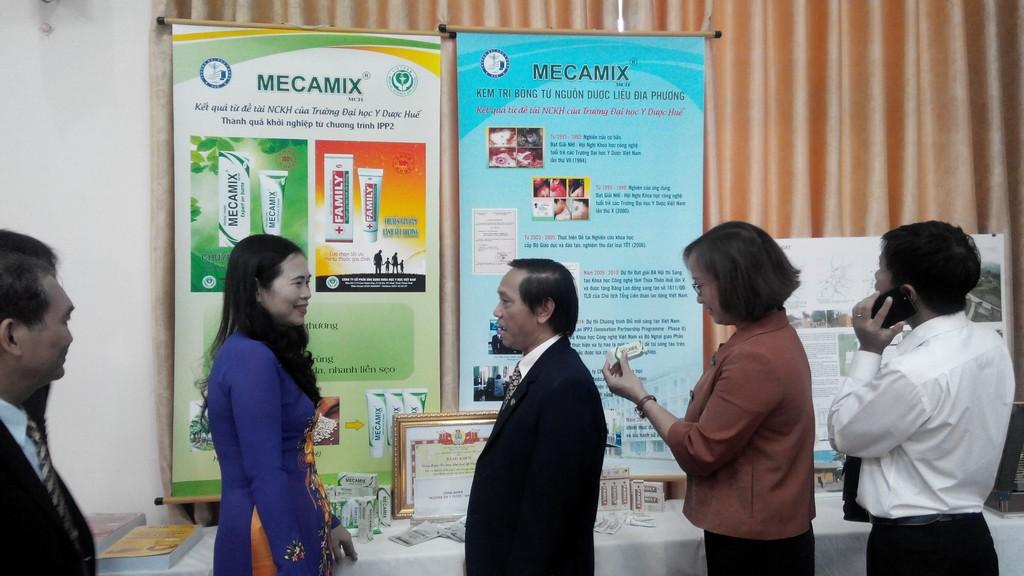Đ/c Nguyễn Thị Bích Hợp P.CT CĐ GDVN tìm hiểu về sản phẩm LĐST của Trường ĐHYD-ĐH Huế