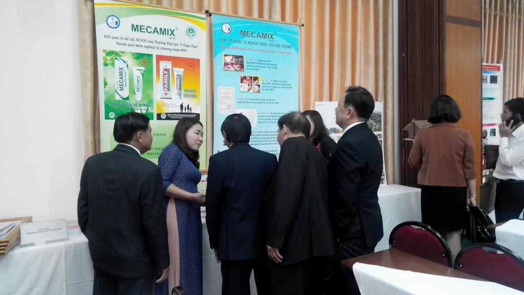 Các đại biểu tham quan sản phẩm LĐST của Trường ĐHYD-ĐH Huế