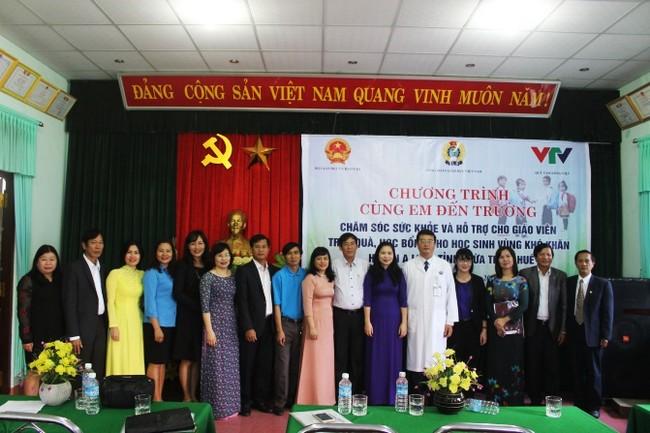 Đoàn công tác khám sức khoẻ và tặng quà cho các thầy, cô giáo, học sinh tại huyện A Lưới