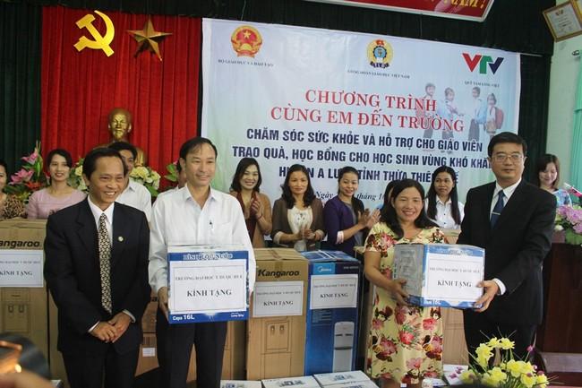 Trường ĐHYD Huế tặng quà cho 13 Trường của 6 xã huyện A Lưới