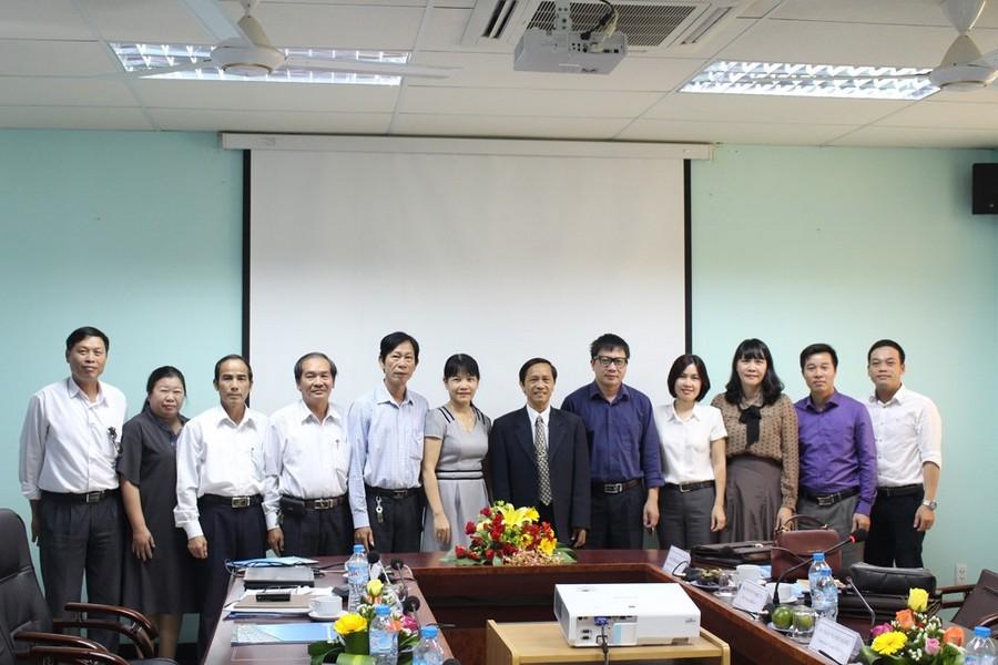 Đoàn công tác của CĐ GDVN chụp ảnh lưu niệm với CĐ Trường tại buổi phúc tra.