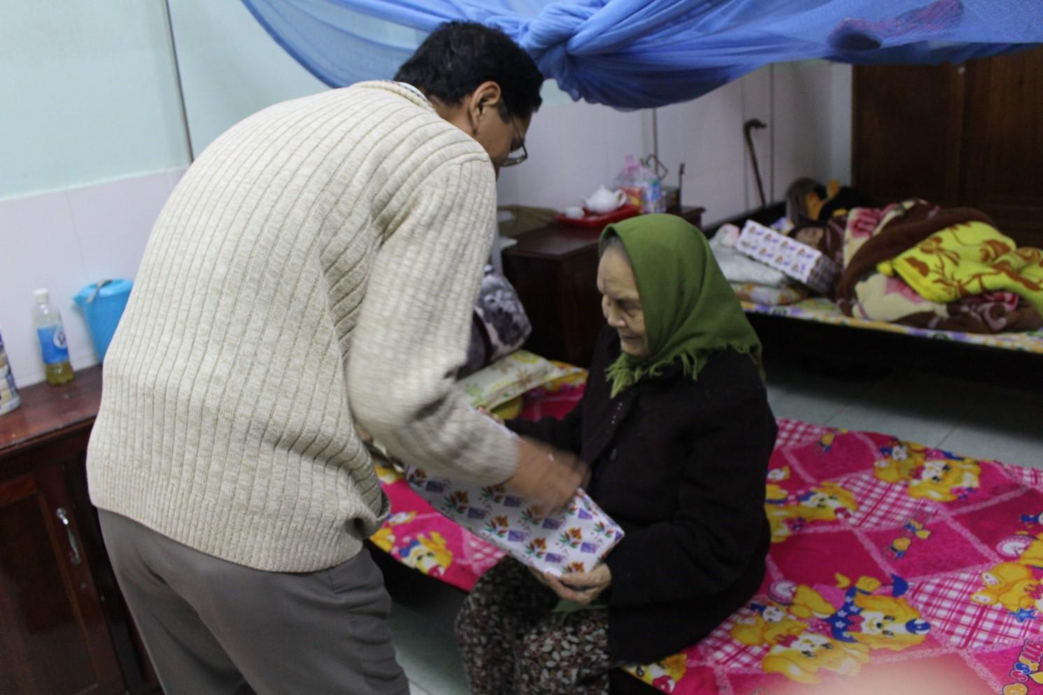 Thăm, tặng quà cho các cụ tại Trung tâm nuôi dưỡng người có công cách mạng, Tỉnh TT Huế
