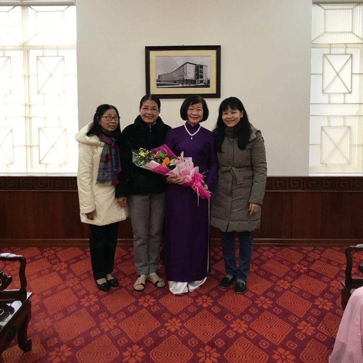 Đ/c Trần thị Hòa UVTV Công đoàn  tặng hoa cho nhà tài trợ học bổng